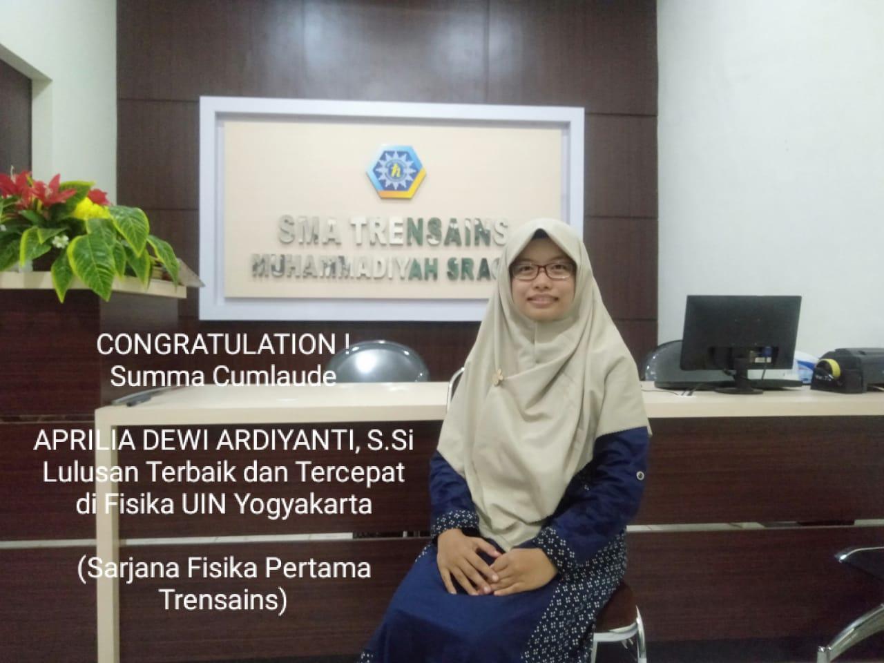 Aprilia Dewi Ardiyanti, S.Si, berpose di salahsatu sudut ruang sekolah almamaternya SMA Trensains Sragen. April baru saja menjadi Sarjana Fisika dengan predikat Summa Cumlaude. Menjadi lulusan terbaik dan Tercepat Fisika UIN Yogyakrta.