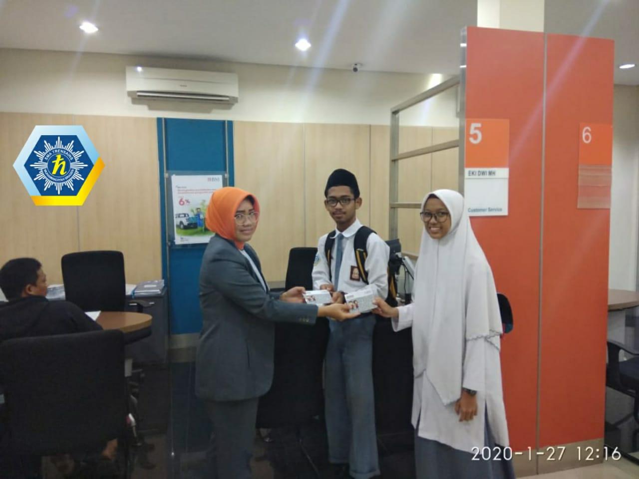 Kedua santri penerima beasiswa tersebut atas nama Khunur Muhammad Aulia Rahman dan Humaidah Dwi Rahmayanti santri Trensains Sragen peraih emas untuk cabang Fisika dan Kimia tersebut diganjar beasiswa dari Kemendikbud. Serah terima di gedung BNI Cabang Sragen pada Senin (27/1/2020)